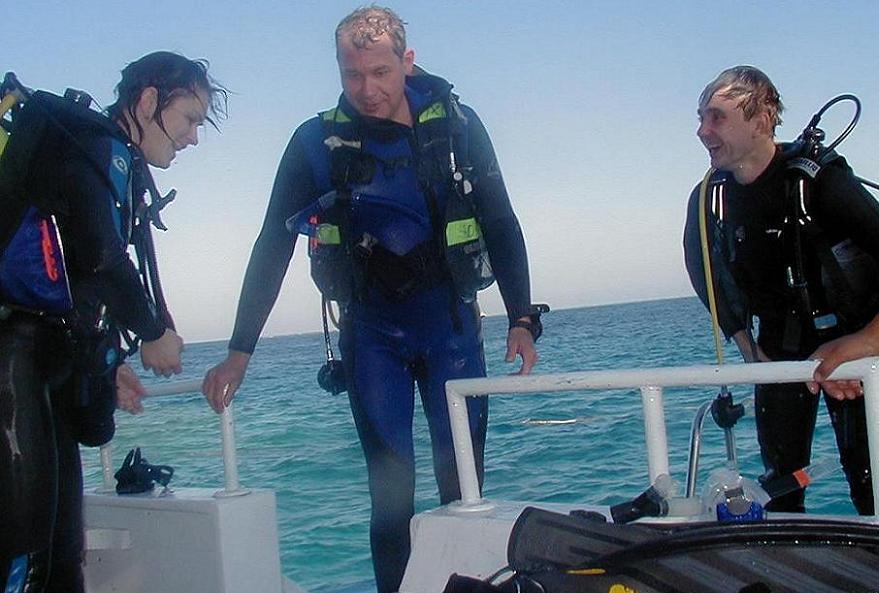 Дайвинг на Красном море. Дайверы после ныряния вышли на палубу