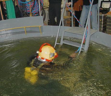 Погружение в специальном бассейне в водолазном снаряжении